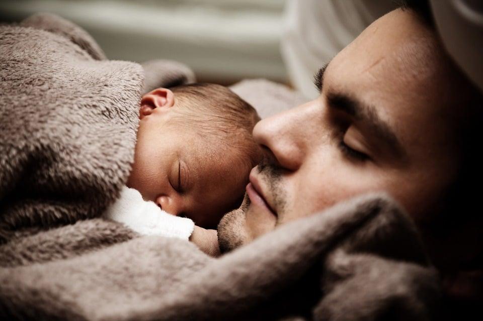 לישון יחד עם הילדים