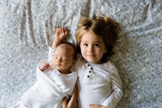 הילד הפסיק לישון רצוף אחרי שאח שלו נולד - מה עושים?
